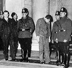 1933年3月3日、警察官と逮捕されたルッベ(中央)