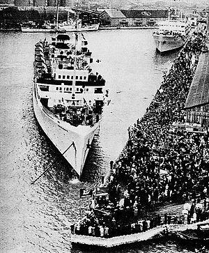 日本を出港する帰還船