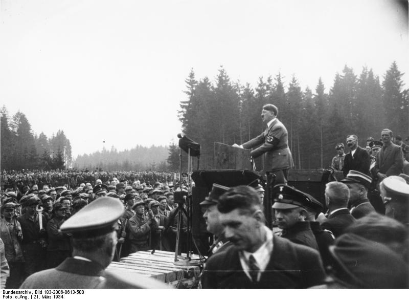 アウトバーン起工式で演説するヒトラー
