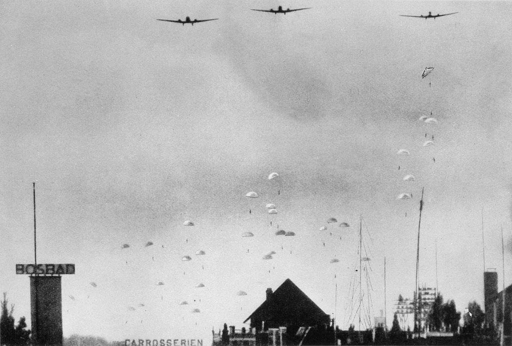 オランダに落下するドイツの空挺部隊(1940年5月10日)