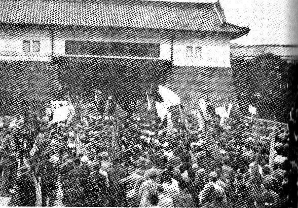 皇居坂下門に押し寄せるデモ隊