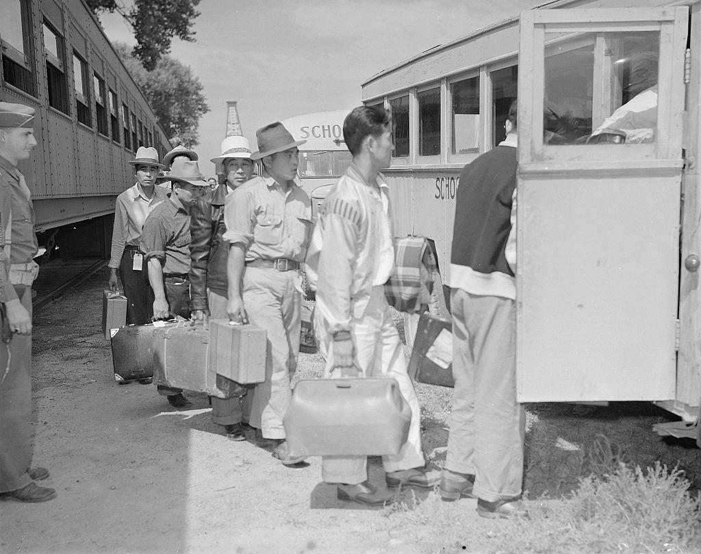 強制収容される日系アメリカ人