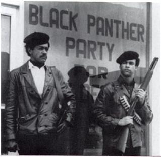 ショットガンで武装するブラックパンサー党のリーダー