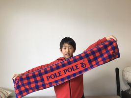 【写真】両手でポレマフを広げる小学生の男の子