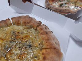 【写真】テイクアウトした2枚のピザ