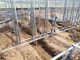 【写真】給水管と温湯管を埋設するための溝が掘られたベアハウス(3連棟)の様子