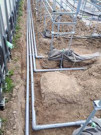 【写真】深く掘られた溝に、給水管の配管が敷かれた様子