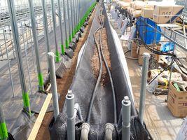 【写真】地中加温の排管を敷設中のいちごの高設ベッド