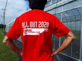 【写真】出身高校ラグビー部のTシャツを着た農園主の後ろ姿
