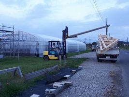 【写真】組み立てられた檜の骨組みをトラックから降ろしているところ