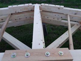 【写真】組み立てられた檜の合掌造りの骨組み