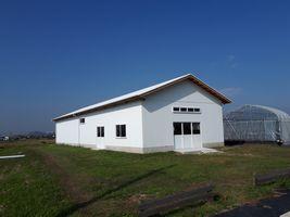 【写真】青空の下に映える白い屋根と白い壁のクラブハウス