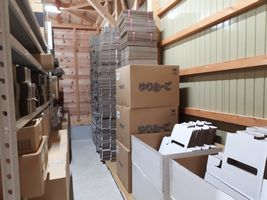 【写真】クラブハウス内の資材置き場に積まれた段ボール箱の山