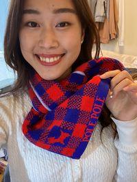 【写真】クリスマスプレゼントのポレマフを巻いた笑顔が素敵なお嬢さん