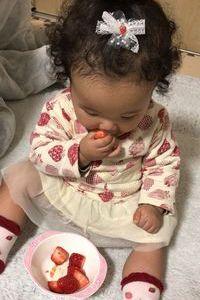 【写真】1歳3カ月の女の子とがいちごを食べているところ