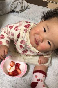 【写真】1歳3カ月の女の子がいちごを食べて笑顔になったところ