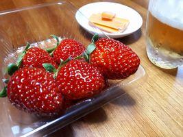 【写真】ポレポレ苺の小粒パックとビールとチーズ
