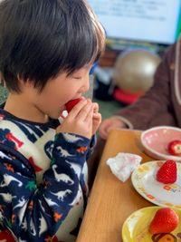 【写真】ポレポレ苺をパクリとかぶりつくよしちかくん