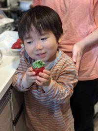 【写真】宅配で届いた超大粒ポレポレ苺を大事そうに両手で持つさとしくん