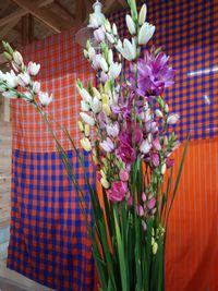 【写真】クラブハウス内の受付カウンター上に置かれたイキシアの花