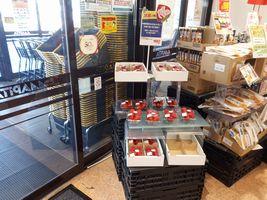 【写真】アピタ君津店の店頭に並んだポレポレ苺のパック