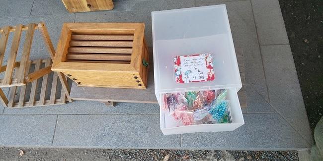 折り鶴の箱と賽銭箱