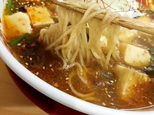 寅家 旨辛麻婆麺 麺