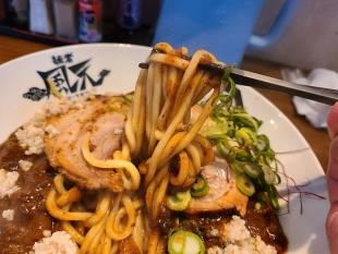 風天亀田 ウマ辛背脂カレーマゼソバ 麺