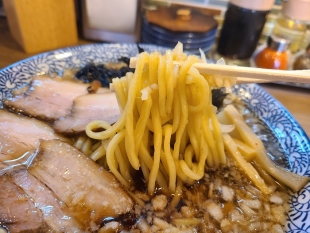 赤シャモジ桜木店 背脂中華ソバ 麺