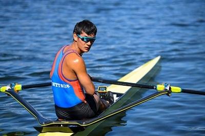◯TT A川選手 エンパバックウイング 後ろ向きの写真