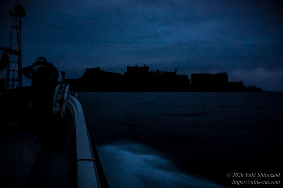 軍艦島上陸作戦 視線の先、暁闇の中に浮かび上がる軍艦島(端島)の島影