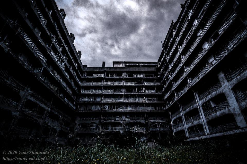 10階建て、コの字型の鉱員社宅65号棟(報国寮)