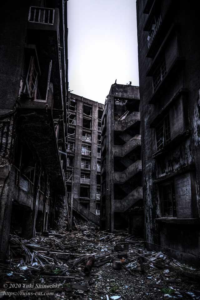 左手には57号棟、右手には奥から59・60号棟。中央には16号棟(日給社宅)と、有名な「地獄段」の側面が見える。