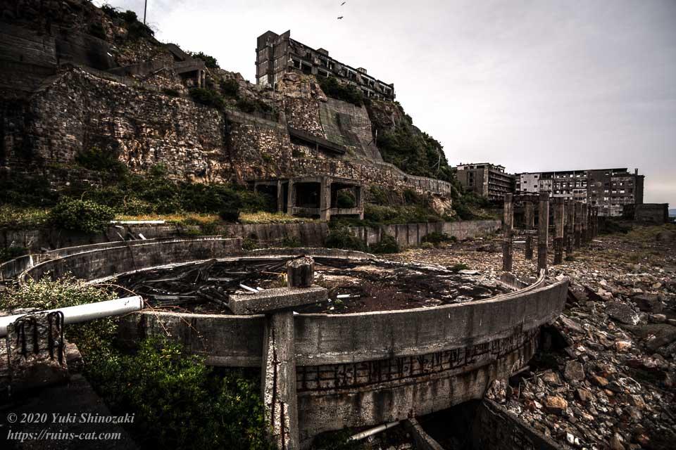軍艦島の貯炭場。丸いのがドルシックナー(選炭施設)、右手奥に見えるのがベルトコンベアーの基礎。