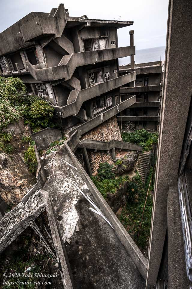 奥の56号棟と手前の65号棟を結ぶ連絡橋。写真中央付近に見える階段が「五十段」。