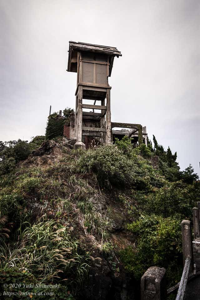 56号棟から見上げた1号棟「端島神社」