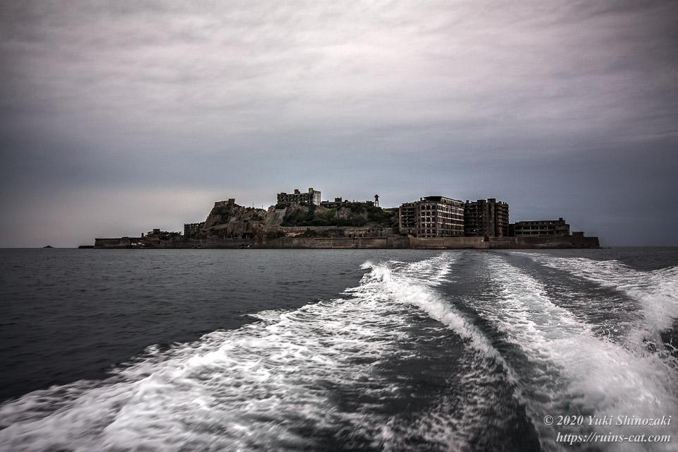 船に乗り離れていく軍艦島