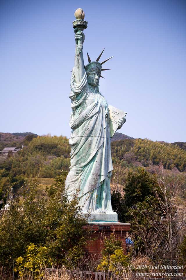 世界平和大観音像の背後に立っている自由の女神像