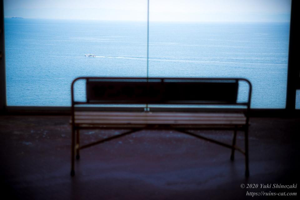世界平和大観音(平和観音寺)より大阪湾を航行する船を望む