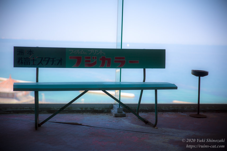 世界平和大観音(平和観音寺)より大阪湾を望む「フジカラー」と書かれたベンチとタバコの吸殻入れ