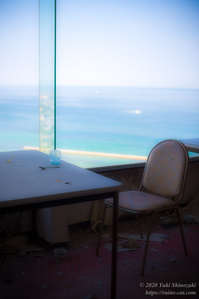 世界平和大観音像の台座部分 4階「展望レストラン」の客席より、大阪湾を望む