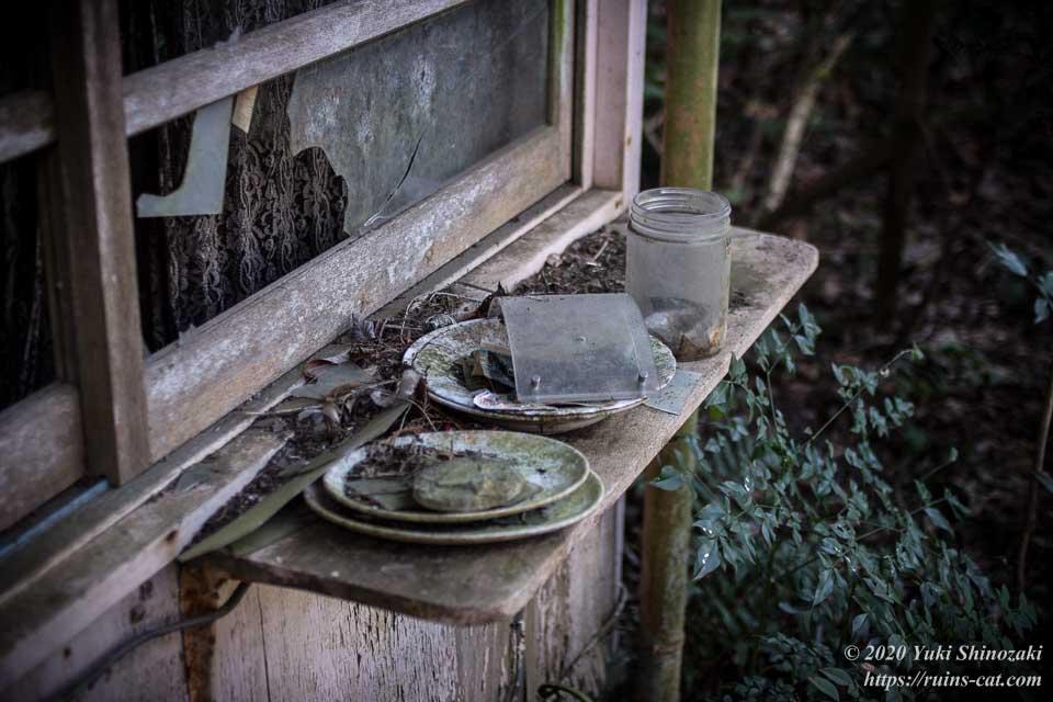 上高地別荘ホテルのコテージの軒先に放置されている食器