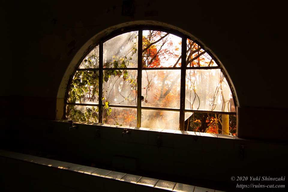 マヤカン浴室の半円形の窓