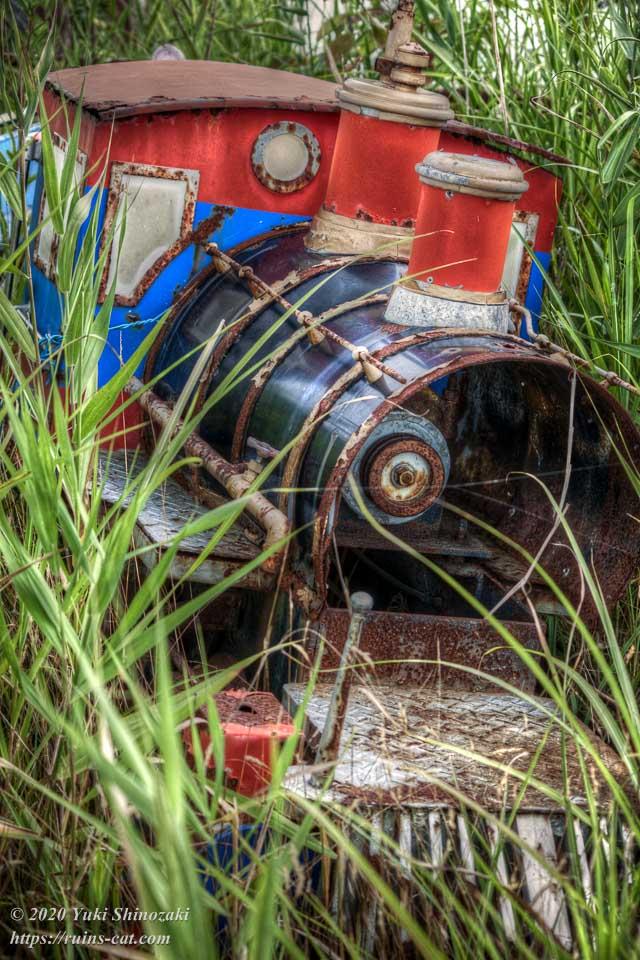 草むらの中に横たわる化女沼レジャーランドのミニSL