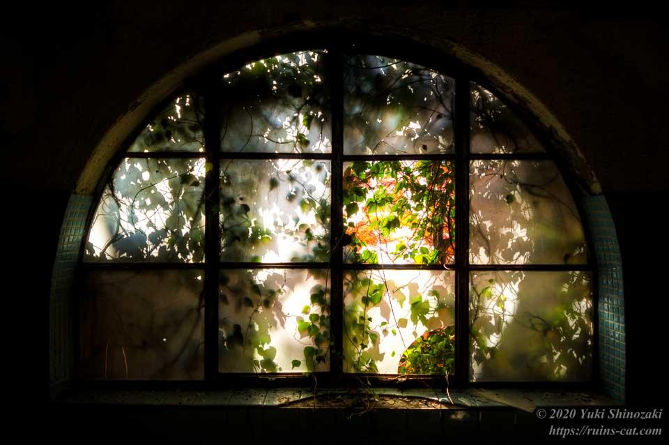マヤカン浴室の半円形の窓 その2