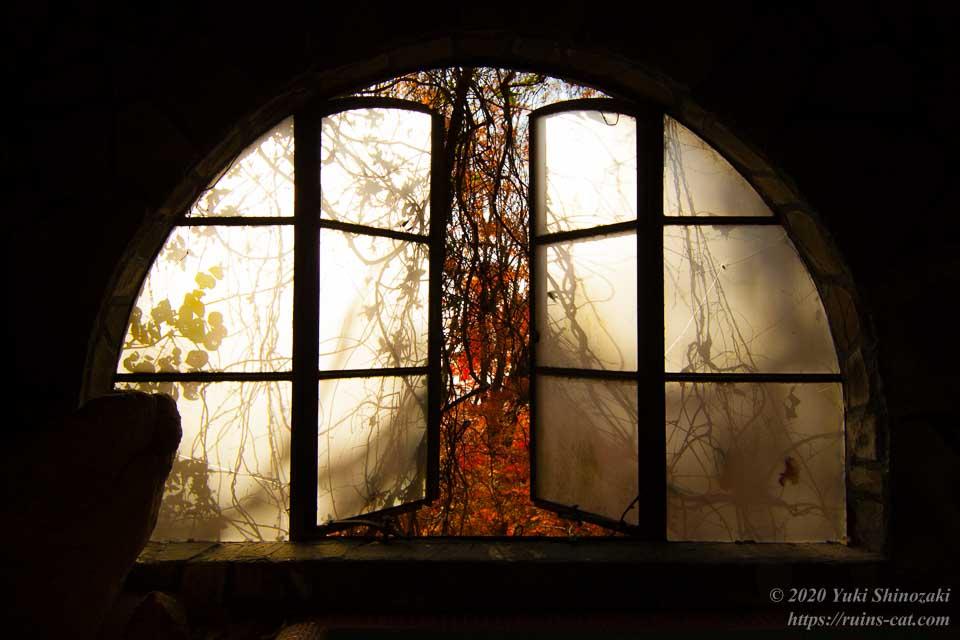 マヤカン浴室の半円形の窓 その3