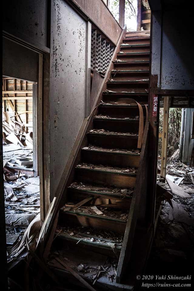 料亭ふるさと(心霊スポット) 廊下の奥の狭く急な階段