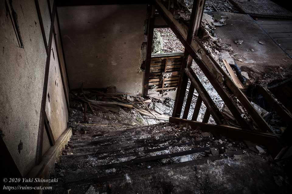 料亭ふるさと(心霊スポット) 玄関横にある広めの階段