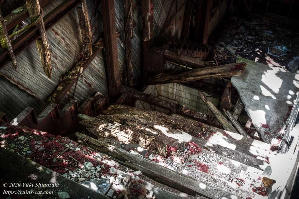 2階から見たブルースカイの階段のクローズアップ。踏み板の抜けた危険な様子が良く分かる。