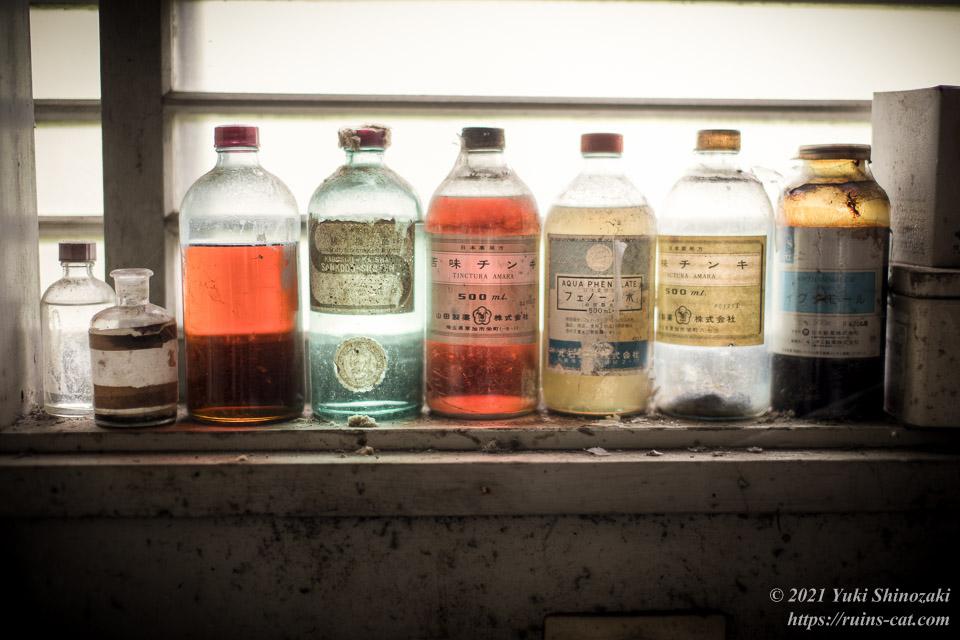 色とりどりの水剤(苦味チンキ・フェノール水など)